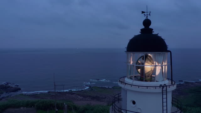 vidéos et rushes de aerial ws cape santiago lighthouse at night - phare
