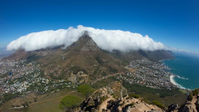 vídeos y material grabado en eventos de stock de cape town and amazing cloud over table mountain, south africa, high angle pan - península