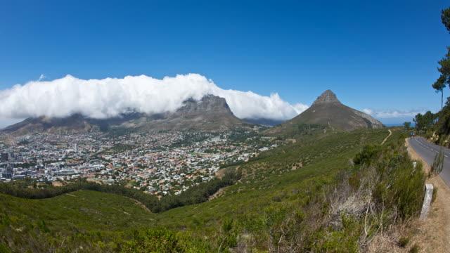 vídeos y material grabado en eventos de stock de cape town and cloud over table mountain, high angle pan - península
