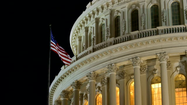 stockvideo's en b-roll-footage met us capital after sunset with american flag - senaat verenigde staten