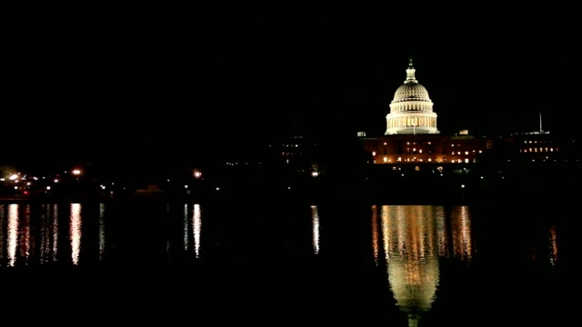 vídeos y material grabado en eventos de stock de edificio de la capital en la noche - capitel
