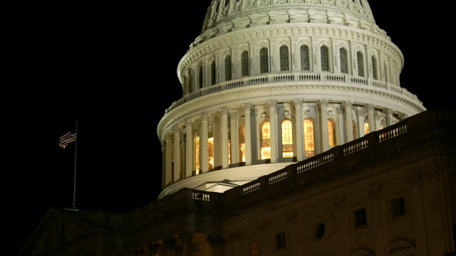 stockvideo's en b-roll-footage met us capital dome at night with american flag - senaat verenigde staten