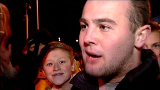 stockvideo's en b-roll-footage met sunderland v manchester united vox pops reporter to camera - halve finale