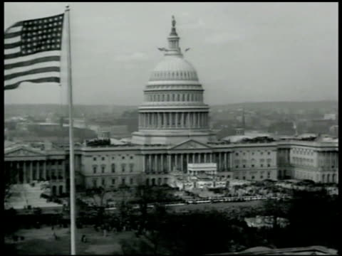 vídeos de stock, filmes e b-roll de capitol building, american flag flying fg. franklin delano roosevelt taking oath of office, standing before chief justice charles evans hughes [no... - 1933