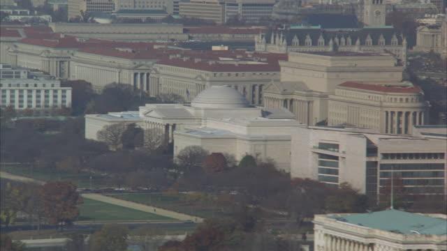 vidéos et rushes de low aerial, capitol building and washington monument, washington dc, washington, usa - le capitole
