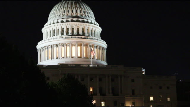 vídeos de stock, filmes e b-roll de edifício do capitólio dos eua na noite múltiplo b roll - congresso americano