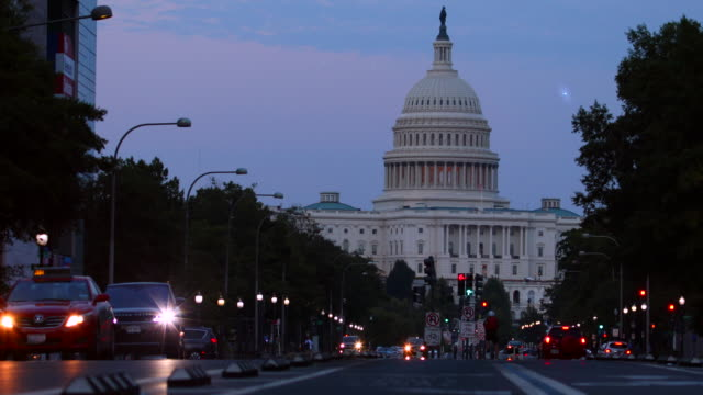 vídeos de stock e filmes b-roll de us capitol building at night - senado dos estados unidos