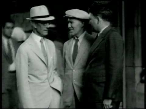 vidéos et rushes de capitol building dr francis e townsend talking w/ congressman william lemke gerald smith senator huey long standing in office saying 'wealth of this... - 1936