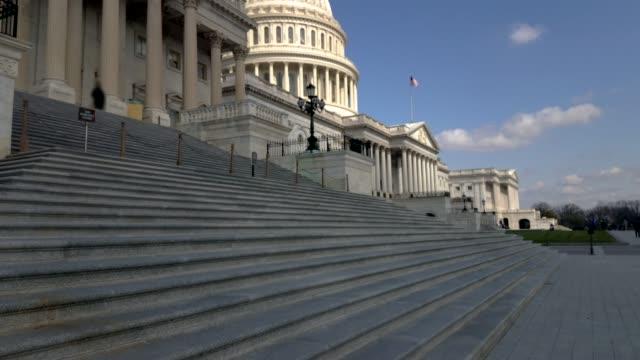 米国の国会議事堂の建物の東のファサードとワシントン dc で衆議院フラグ - アメリカ合衆国上院点の映像素材/bロール