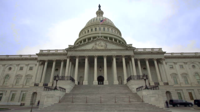 u.s. capitol building east facade with american flag in washington, dc - us senat stock-videos und b-roll-filmmaterial