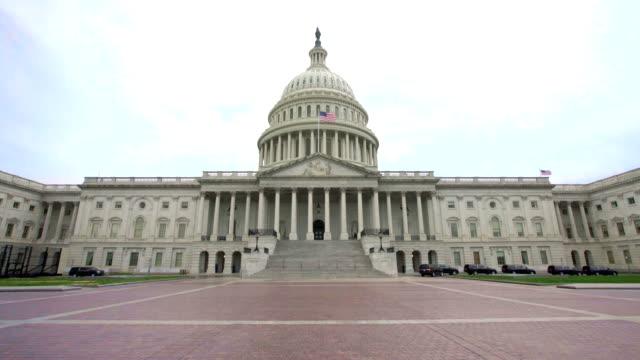 ワシントンdcのアメリカ国旗を持つ米国議会議事堂東ファサード - アメリカ合衆国下院点の映像素材/bロール