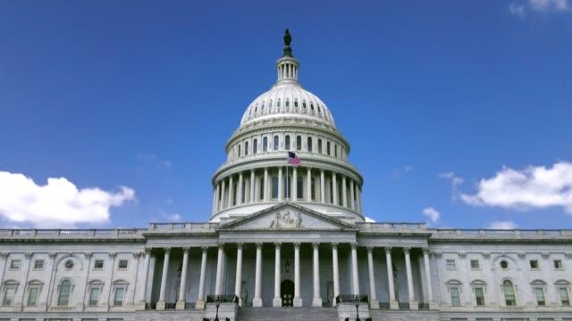 us capitol building östra fasad med amerikanska flaggan i washington, dc - kapitolium bildbanksvideor och videomaterial från bakom kulisserna