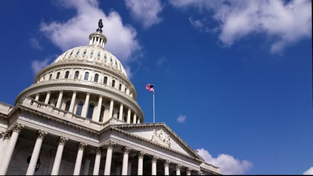 u.s. capitol building east facade with american flag in washington, dc - partito repubblicano degli usa video stock e b–roll