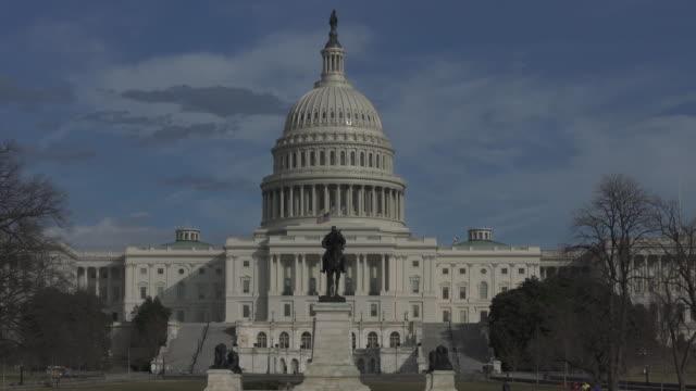 vídeos de stock e filmes b-roll de u.s. capitol building in washington, dc - time lapse in 4k/uhd - senado dos estados unidos