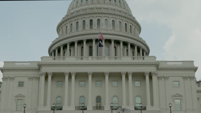u.s. capitol building - pow mia and american flags in washington, dc - in 4k/uhd - guerra del vietnam video stock e b–roll
