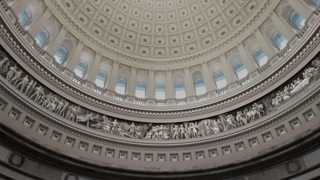 vídeos de stock e filmes b-roll de u.s. capitol building rotunda george washington in washington, dc - tilt up - senado dos estados unidos