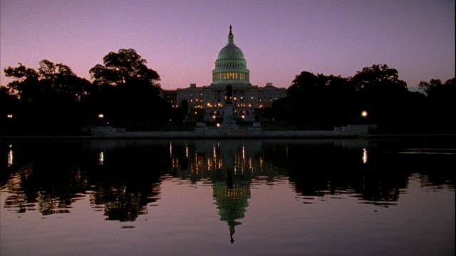 vídeos y material grabado en eventos de stock de xws capitol building w/ ulysses s grant memorial pool water fg - ulysses s grant