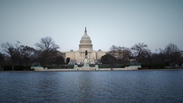 stockvideo's en b-roll-footage met capitol building washington dc at dusk - standbeeld