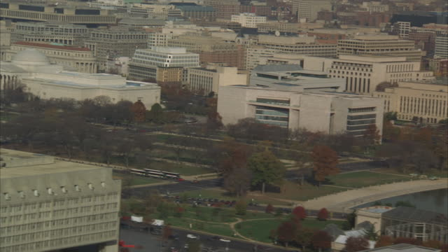 stockvideo's en b-roll-footage met low aerial capitol building, washington monument and white house, washington dc, washington, usa - senaat verenigde staten
