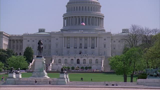 ws capitol building with ulysses s. grant memorial in foreground / washington dc, usa - okänt kön bildbanksvideor och videomaterial från bakom kulisserna