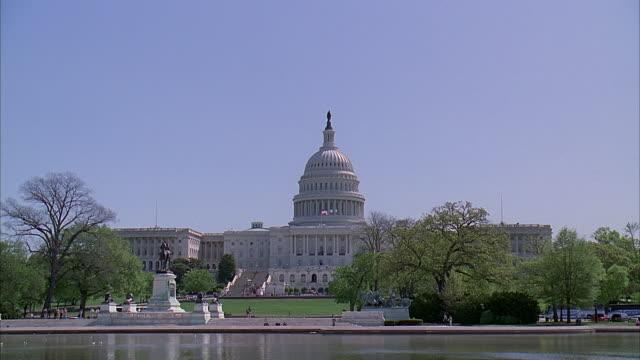 vídeos y material grabado en eventos de stock de ws capitol building with ulysses s. grant memorial in front / washington dc, usa - ulysses s grant