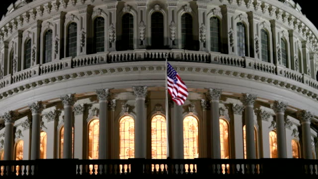 stockvideo's en b-roll-footage met us capitol dome at night in washington dc - ecu - senaat verenigde staten