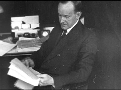 vidéos et rushes de capitol dome. vs re-elected president calvin coolidge sitting at desk looking over papers, vs vice president charles g. dawes standing outside on... - 1924