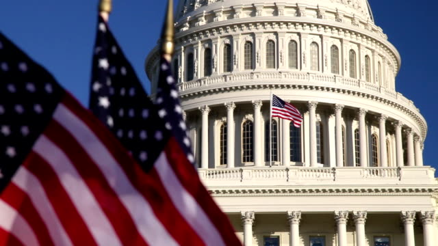 noi capitol dome con bandiere americane in primo piano-ecu - partito repubblicano degli usa video stock e b–roll