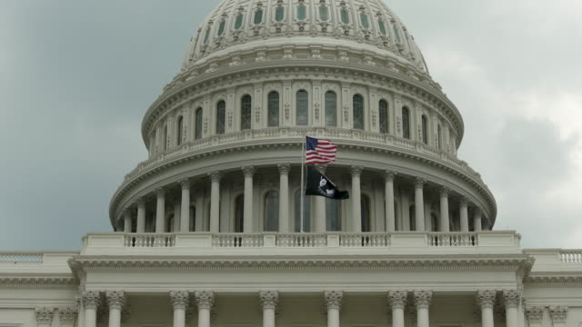 u.s. capitol dome with pow mia and american flags in washington, dc - in 4k/uhd - guerra del vietnam video stock e b–roll