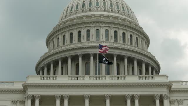 vídeos de stock, filmes e b-roll de cúpula do capitólio dos estados unidos com pow mia e bandeiras americanas, em washington, dc - em 4k/uhd - segunda guerra mundial