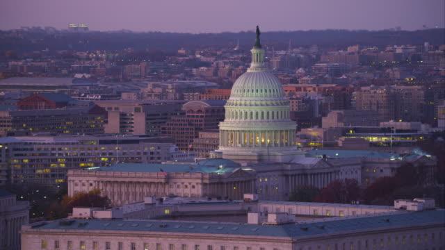 capitol hill from south capitol street at dusk, washington dc. shot in 2011. - artbeats 個影片檔及 b 捲影像
