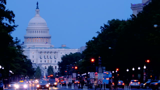 stockvideo's en b-roll-footage met capitol hill, washington dc - amerikaanse vlag