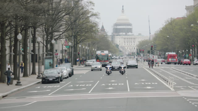 us capitol motorcade motorcycle cops limo 1 - motorcade stock videos & royalty-free footage