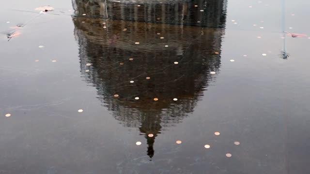 vídeos de stock, filmes e b-roll de capitol reflected in fountain full of coins on capitol plaza on november 04 2014 in washington dc - senado governo