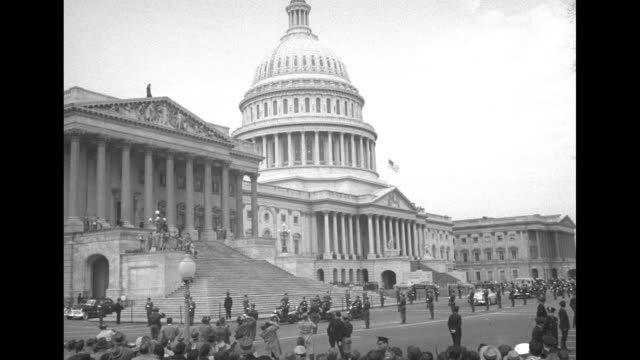 vidéos et rushes de capitol, with motorcade bearing gen. douglas macarthur driving past as it arrives / qs macarthur standing at lectern in house of representatives... - united states congress
