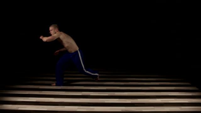 vídeos de stock, filmes e b-roll de capoeira - posição de combate