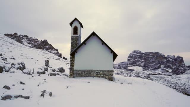 cappella degli alpini, trekking to tre cime di lavaredo, rifugio auronzo, mountain range dolomites, italy, europe - dolomites stock videos & royalty-free footage