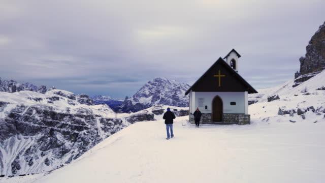 cappella degli alpini, trekking to tre cime di lavaredo, rifugio auronzo, mountain range dolomites, italy, europe - tre cimo di lavaredo stock videos & royalty-free footage