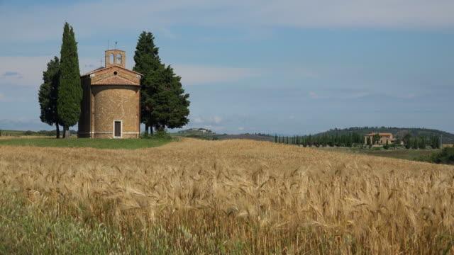 vídeos y material grabado en eventos de stock de cappella di vitaleta in orcia valley, tuscany, italy - trigo