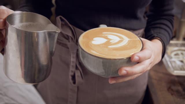 cappuccino with a heart - モカ点の映像素材/bロール