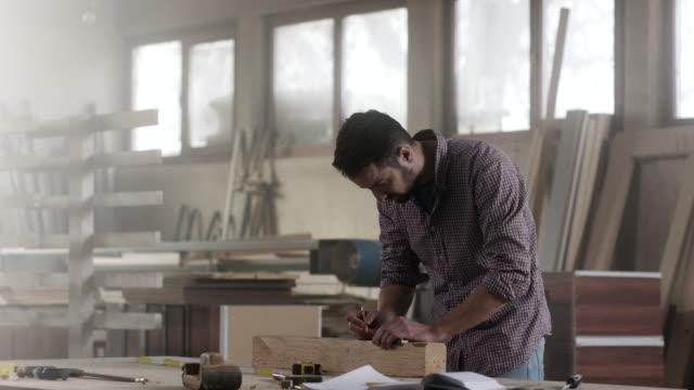 vidéos et rushes de caprenter mesure une planche en bois - instrument de mesure
