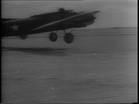 vidéos et rushes de captain edward rickenbacker talks to bombing pilots / crews take off with raids against sicilian ports / boeing b17 planes lift off the runway /... - bombardier avion militaire