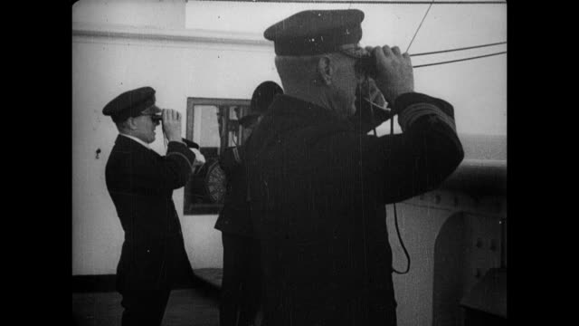 vidéos et rushes de captain hayes walking out on deck and looking through binoculars at a sail ship. the rms olympic is a sister ship of the rms titanic, along with the... - titanic