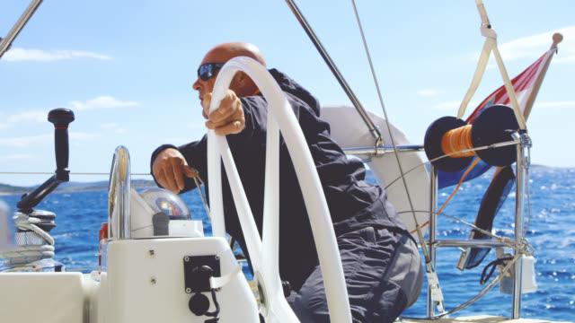 ws-kapitän navigation ein segelboot - bootskapitän stock-videos und b-roll-filmmaterial