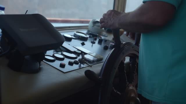 vídeos de stock e filmes b-roll de captain steering boat - convés