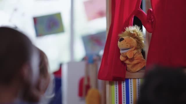 vídeos y material grabado en eventos de stock de captivated children watch puppet show at preschool - escuela preescolar