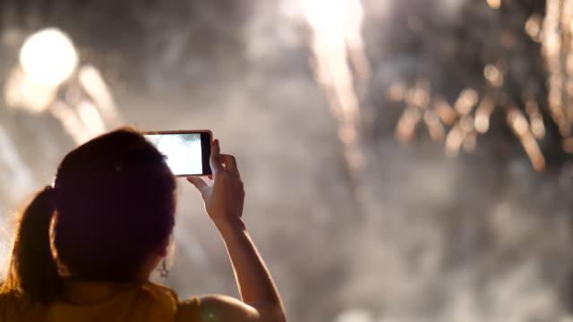 fånga fyrverkeri med smartphone - spegling bildbanksvideor och videomaterial från bakom kulisserna