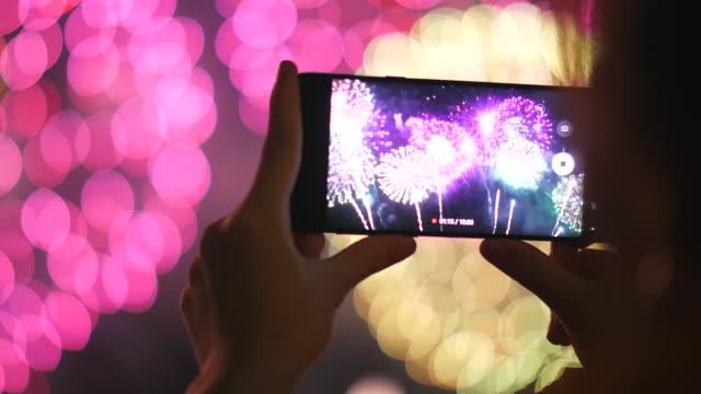 erfassen sie glück moment, feier - firework display stock-videos und b-roll-filmmaterial