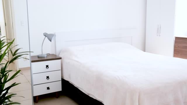 カップルの寝室をキャプチャします。私たちにあなたの家を見せてください - ヘッドボード点の映像素材/bロール