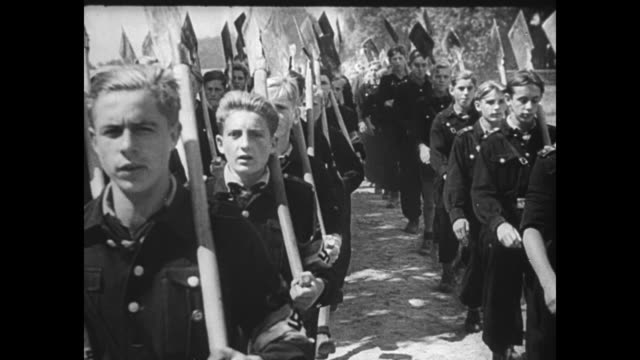 vídeos de stock, filmes e b-roll de [captured german footage vo music and french language throughout] division of hitler youth run to line up in formation / vs individual young men... - tronco nu